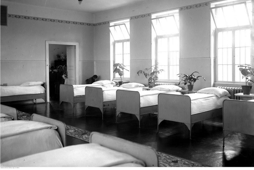 Wnętrze sypialni oddziału kobiecego. Sierpień 1927 /Ze zbiorów Narodowego Archiwum Cyfrowego