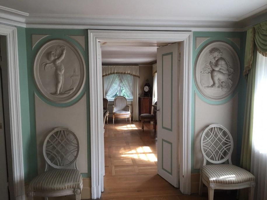 Wnętrze tak zwanego Białego Domku w Łazienkach Królewskich. To tu czas spędzali specjalnie goście króla. To w tym budynku zachowało się oryginalne, królewskie łoże /Michał Dukaczewski /RMF FM