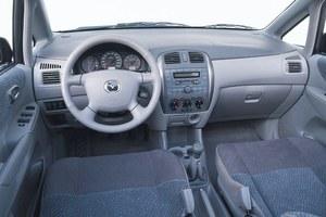 Wnętrze typowego samochodu japońskiego: przyjemne w dotyku plastiki, ergonomia na piątkę i całkowity brak polotu w stylizacji. /Mazda