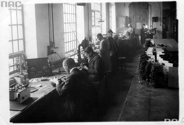 Wnętrze warsztatów Polskiego Towarzystwa Radiotechnicznego. Pracownicy przy montażu radioodbiorników /Z archiwum Narodowego Archiwum Cyfrowego