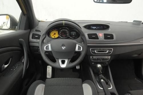 Wnętrze wersji RS zdobi oryginalny, żółty obrotomierz. /Motor