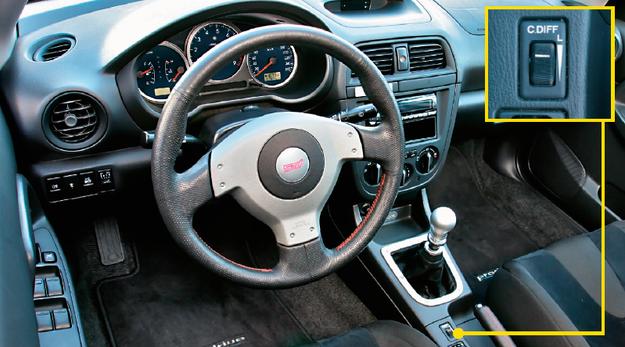 Wnętrze wersji STi zdobią loga na kierownicy i tarczy obrotomierza oraz czerwona nitka, którą obszyto kierownicę. Wyróżnikami są także 6-biegowa skrzynia i regulacja centralnego dyferencjału. /Motor
