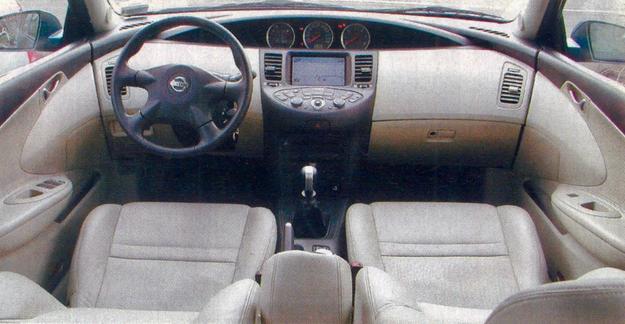 Wnętrze wygląda bardzo nowocześnie i skromnie, co nie znaczy, że w Primerze brakuje jakiegokolwiek wyposażenia. /Motor