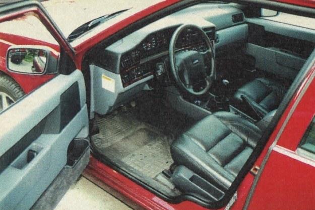 Wnętrze wykończone drewnem i skórą pozostawia tylko pozytywne wrażenie. Jest trochę nadmiernie kanciaste, ale ergonomiczne i dobrze wyposażone. /Motor