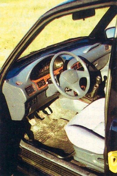 Wnętrze wykończono drewnem. Koło kierownicy wydaje się trochę za cienkie i za  duże. Siedzenia są ogrzewane. Daszki przeciwsłoneczne wypadają z zaczepów. /Motor