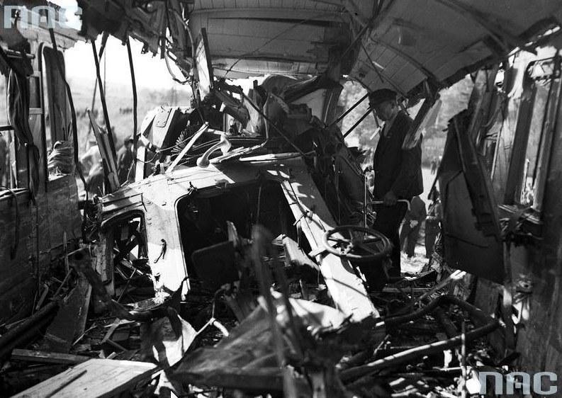 Wnętrze zniszczonego wagonu /Z archiwum Narodowego Archiwum Cyfrowego