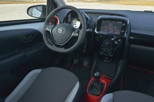 Wnętrze zostało całkowicie zmienione. Nowy, ogromny prędkościomierz trochę kojarzy się z rozwiązaniem znanym z Fiata 500. Obudowa konsoli środkowej jest wymienna: można dokupić element w innym kolorze. /Motor