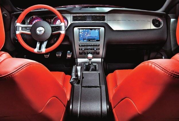 Wnętrzu daleko do atrakcyjności linii nadwozia. Im nowszy Mustang, tym lepsze plastiki. /Ford
