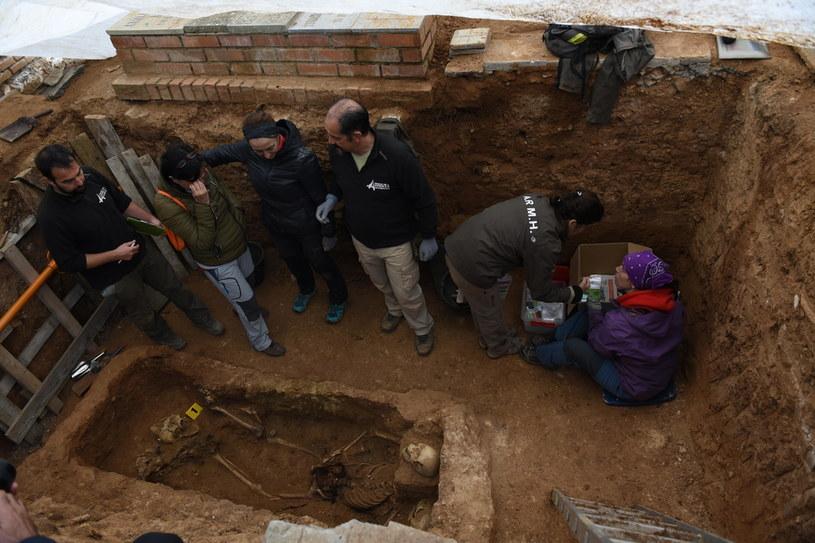 Wnuczka (druga z lewej) płacze ekshumacji szczątków jej dziadka, będącego ofiarą terroru dyktatury Franco. /PACIFIC PRESS/Alamy /Agencja FORUM