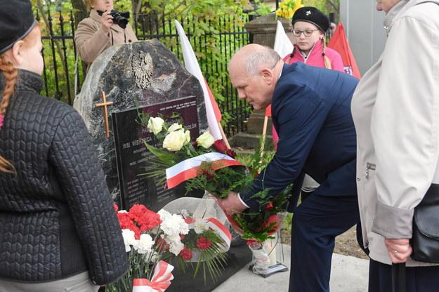Wnuk jednych z zamordowanych, Piotr Książek uczestniczy w odsłonięciu obelisku upamiętniającego ofiary ze wsi Wierzbica i Wolica /Jacek Bednarczyk   /PAP