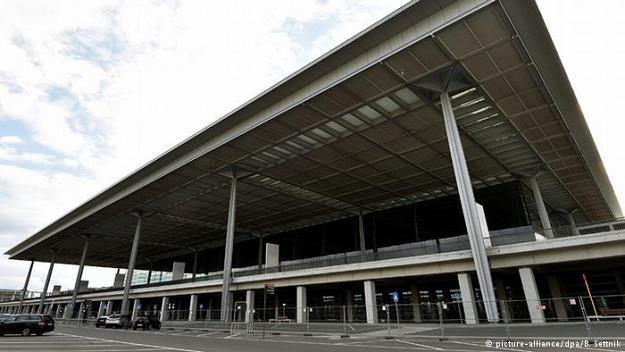 Wobec niekończących się problemów z lotniskiem BER, politycy domagają się zbudowania go od nowa /Deutsche Welle