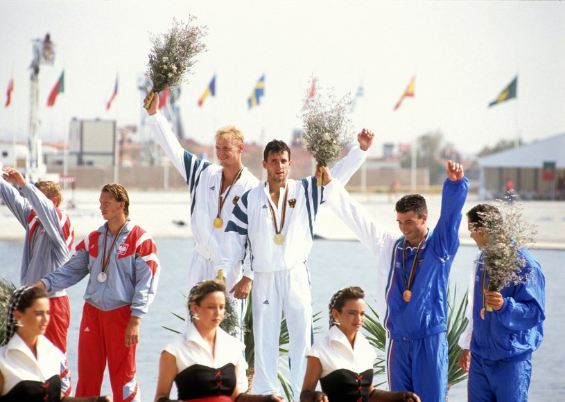 Wocjiech Kurpiewski z Maciejem Freimutem (z lewej) na podium w Barcelonie /East News