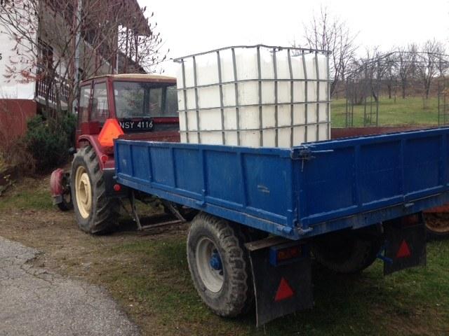 Woda dociera do wsi traktorem ze specjalnym zbiornikiem /Maciej Grzyb /RMF FM