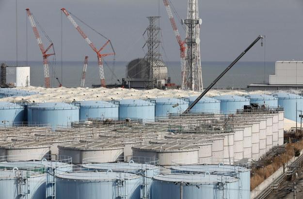 Woda jest przechowywana w specjalnych zbiornikach /PAP/EPA/KIMIMASA MAYAMA / POOL /PAP/EPA