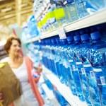 Woda mineralna latem najdroższa w dyskontach. Ceny poszły w górę blisko o 20 proc.