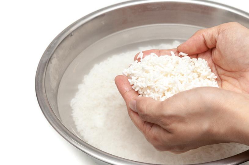 Woda po gotowaniu ryżu ma niezwykłe właściwości /123RF/PICSEL