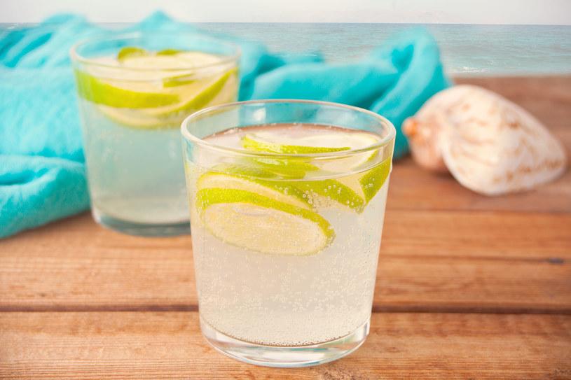 Woda smakowa to źródło cukru dodanego. Lepiej zrobić lemoniadę domowym sposobem /123RF/PICSEL