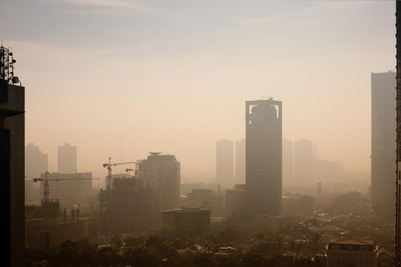 Wodą termalną w smog? /© Glowimages