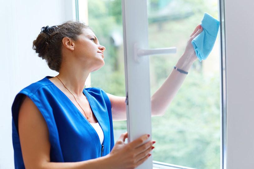 Woda utleniona pomoże ci się uporać z brudem wewnątrz ram okiennych /123RF/PICSEL