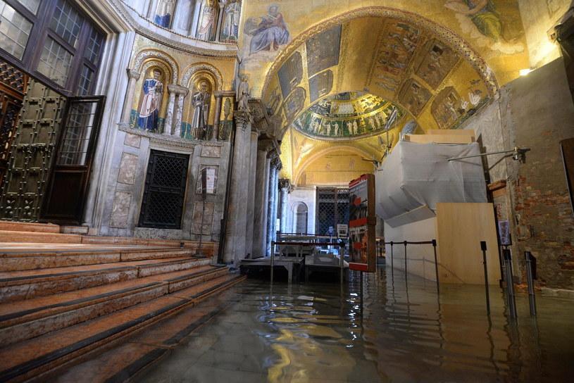 Woda w Bazylice św. Marka /PAP/EPA