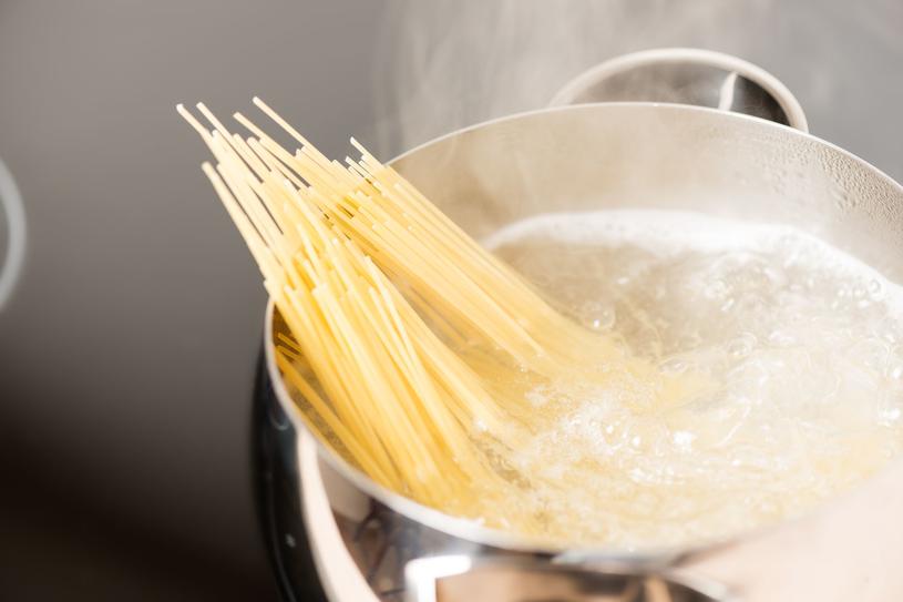 Woda, w której gotowałaś makaron, może zastąpić odżywkę do włosów /123RF/PICSEL