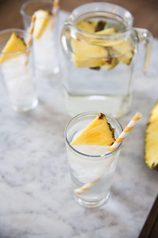 woda z ananasem /© Photogenica