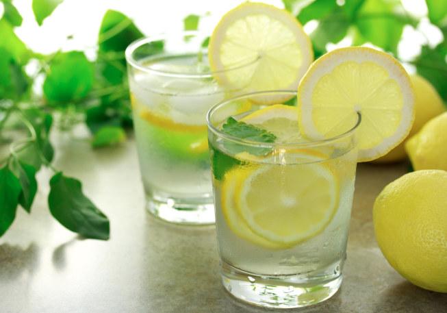 Woda z cytryną dobra na trawienie /© Photogenica