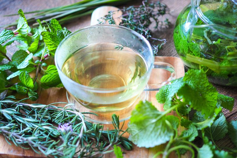 Woda z cytryną i ziołowe herbaty pomogą zadbać o nerki /123RF/PICSEL