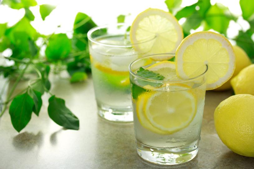 Woda z cytryną idealnie gasi pragnienie latem i podczas upałów /123RF/PICSEL