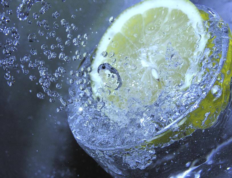 woda z cytryną na migrenę /© Photogenica