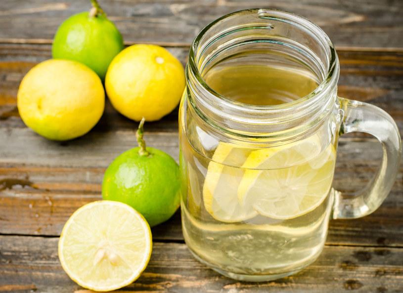 Woda z cytryną pomoże oczyścić organizm /123RF/PICSEL