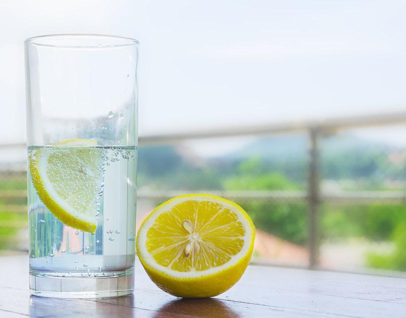 Woda z cytryną /123RF/PICSEL