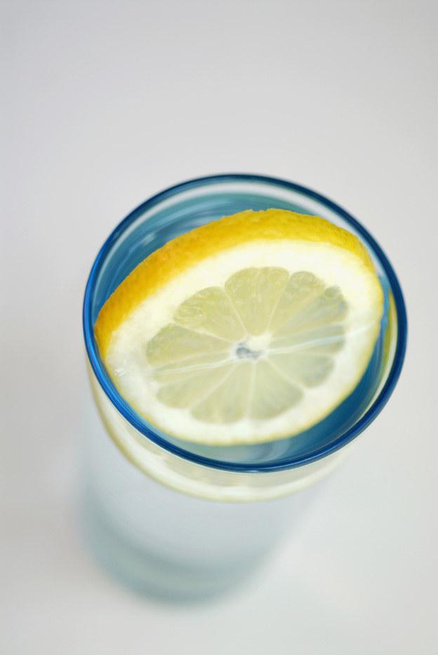 woda z cytryną /© Photogenica