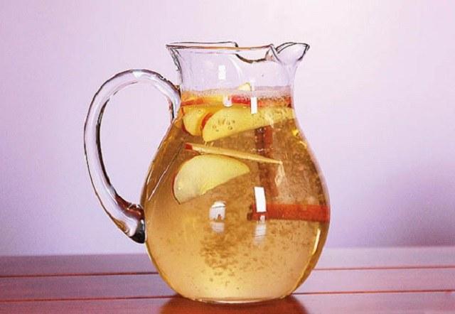 woda z jabłkiem i cynamonem /© Photogenica