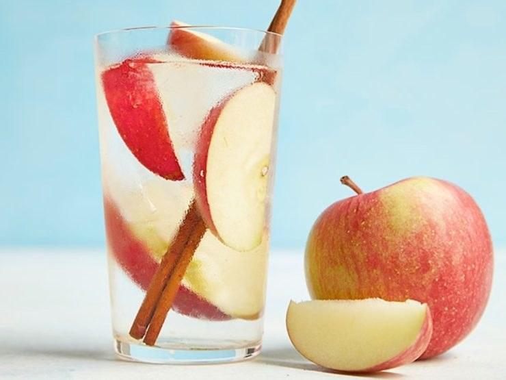 woda z jabłkiem /© Photogenica
