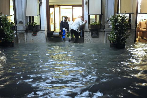 Woda zalała około 80 proc. miasta /ANDREA MEROLA /PAP/EPA