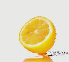 Woda ze świeżą cytryną /© Photogenica