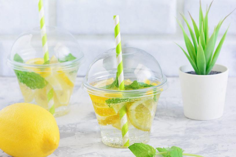 Wodę z cytryną warto pić na czczo, by pobudzić jelita do pracy /123RF/PICSEL