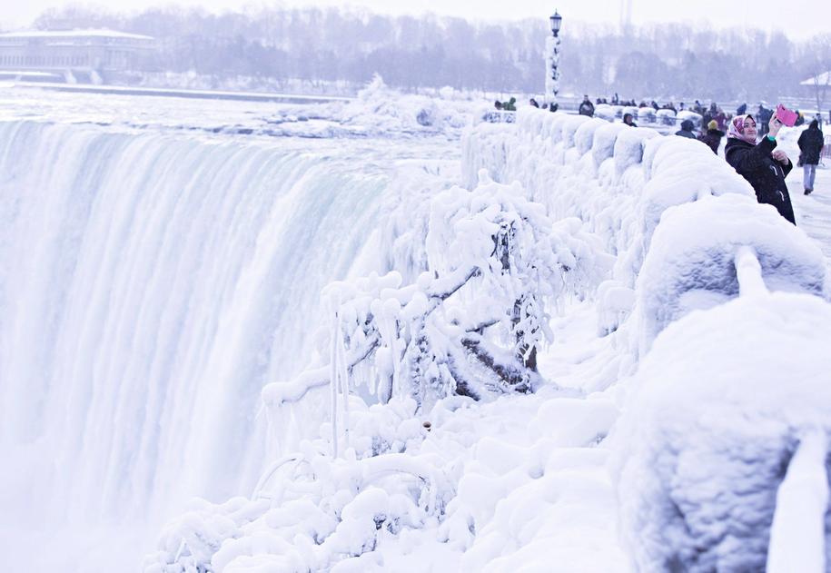 Wodospad Niagara pokryty lodem /PAP/Abaca