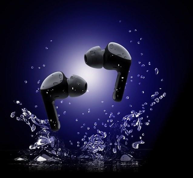 Wodoszczelność słuchawek TONE Free FN7 określona jest parametrem IPX4, możemy więc używać ich nawet wtedy, gdy złapie nas deszcz /materiały prasowe
