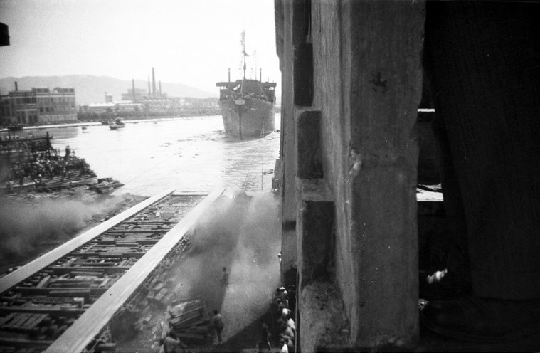 """Wodowanie statku m/s """"Batory"""" we Włoszech /Z archiwum Narodowego Archiwum Cyfrowego"""