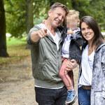 Wojciech Błach z żoną i synem na spacerze