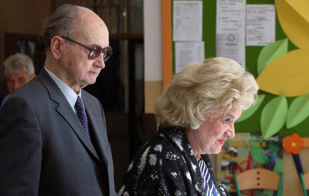 Wojciech Jaruzelski z żoną Barbarą podczas pierwszych wyborów do Europarlamentu /Maciej Macierzyński /Reporter