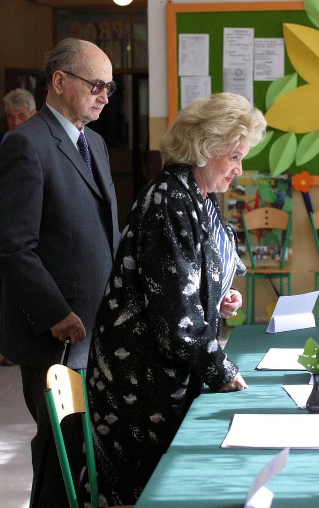 Wojciech Jaruzelski z żoną Barbarą podczas wyborów do Europarlamentu /Maciej Macierzyński /Reporter