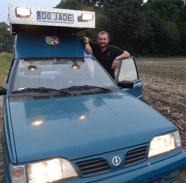Wojciech Kołosowski i jego kupiony za mniej niż tysiąc złotych polonez. Dojedzie? /