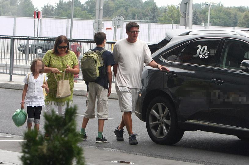Wojciech Malajkat z żoną i dziećmi /Foto IP