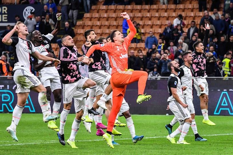 Wojciech Szczęsny cieszy się z kolegami z Juventusu /AFP