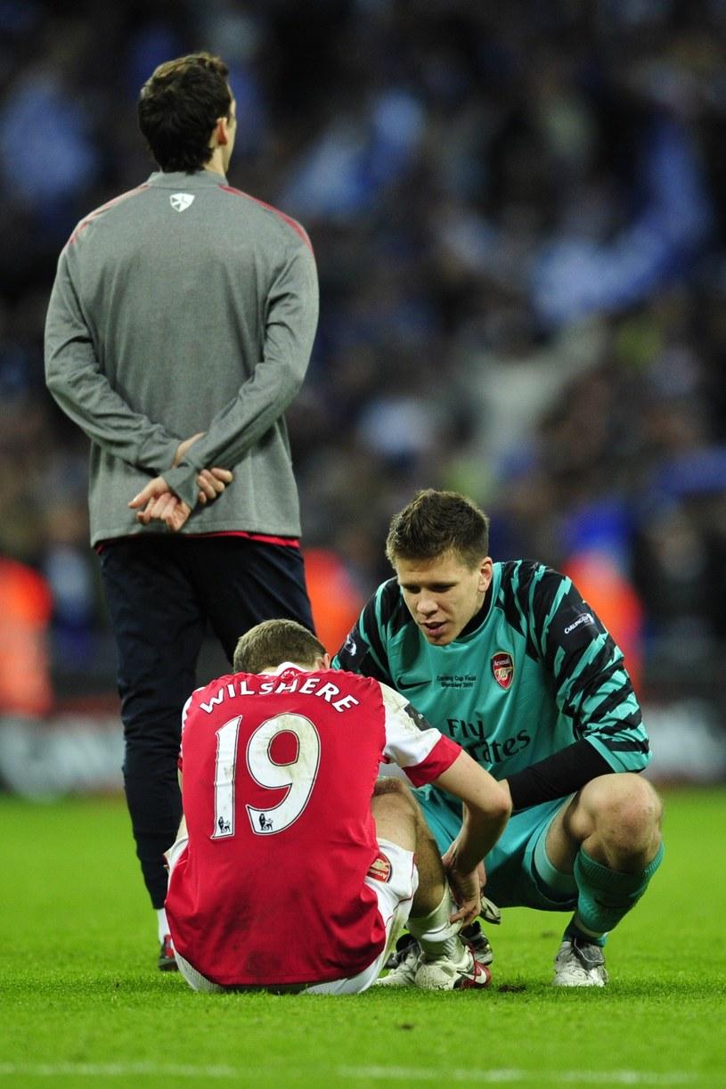 Wojciech Szczęsny i Jack Wilshere tuż po porażce w finale Pucharu Ligi Angielskiej /AFP