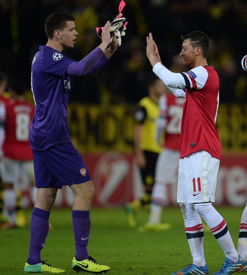 Wojciech Szczęsny i Mesut Oezil gratulują sobie udanego meczu. /AFP