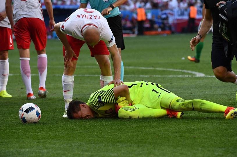 Wojciech Szczęsny kontuzji nabawił się w meczu z Irlandią Północną /AFP